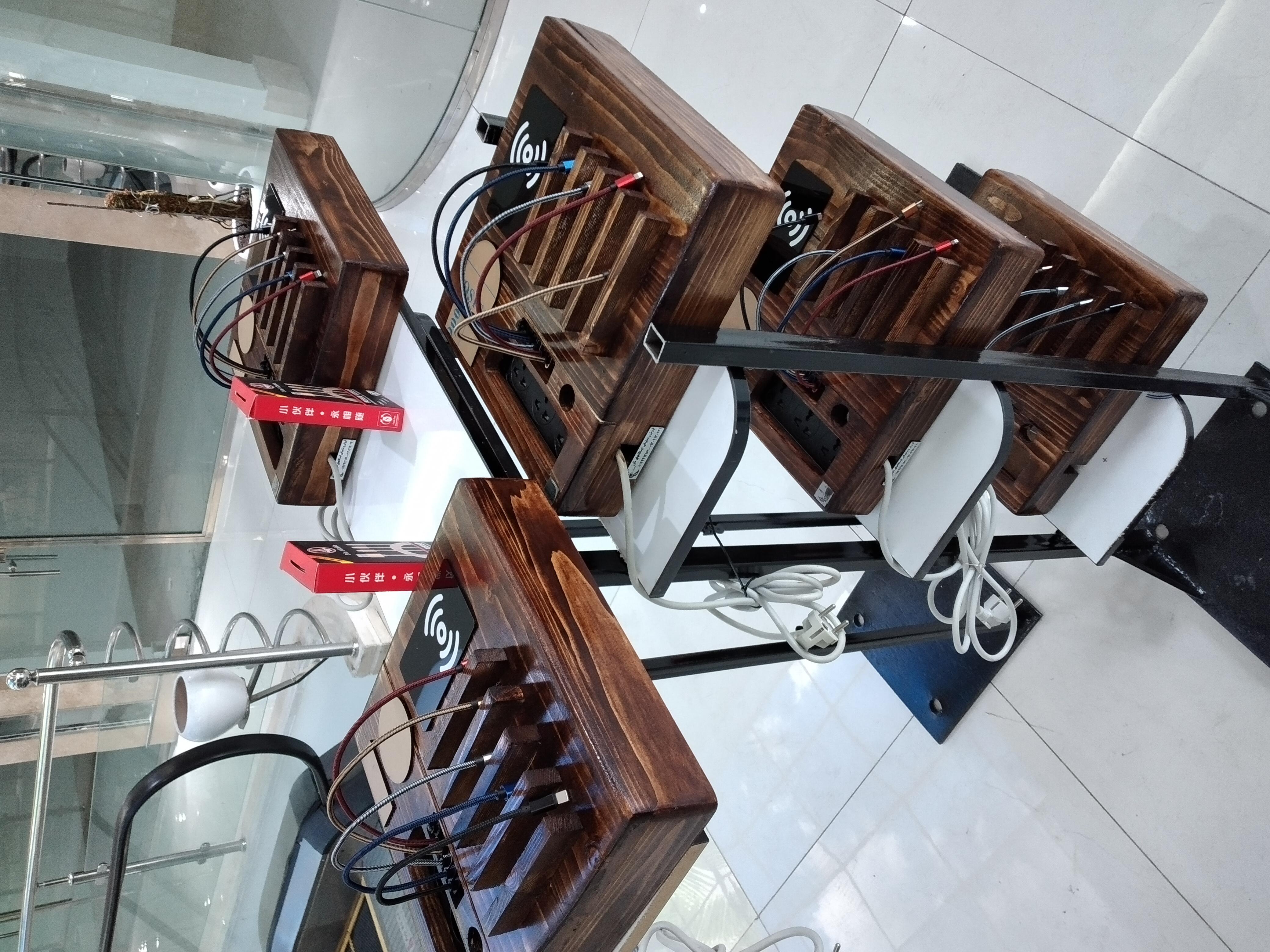 ایستگاه شارژر مدل HOW (دیواری و رومیزی) معروف به مدل هتلی چوبی با ظاهری زیبا و کیفیت مناسب دارای قابلیت شارژ فست همزمان 6 گوشی موبایل و تبلت از انواع مختلف و یک شارژر وایرلس می باشد که باتوجه به ابعاد آن ۸×۳۰×۳۲ سانتی متر به صورت رومیزی بوده و همچنین امکان نصب برروی دیوار را نیز دارد.