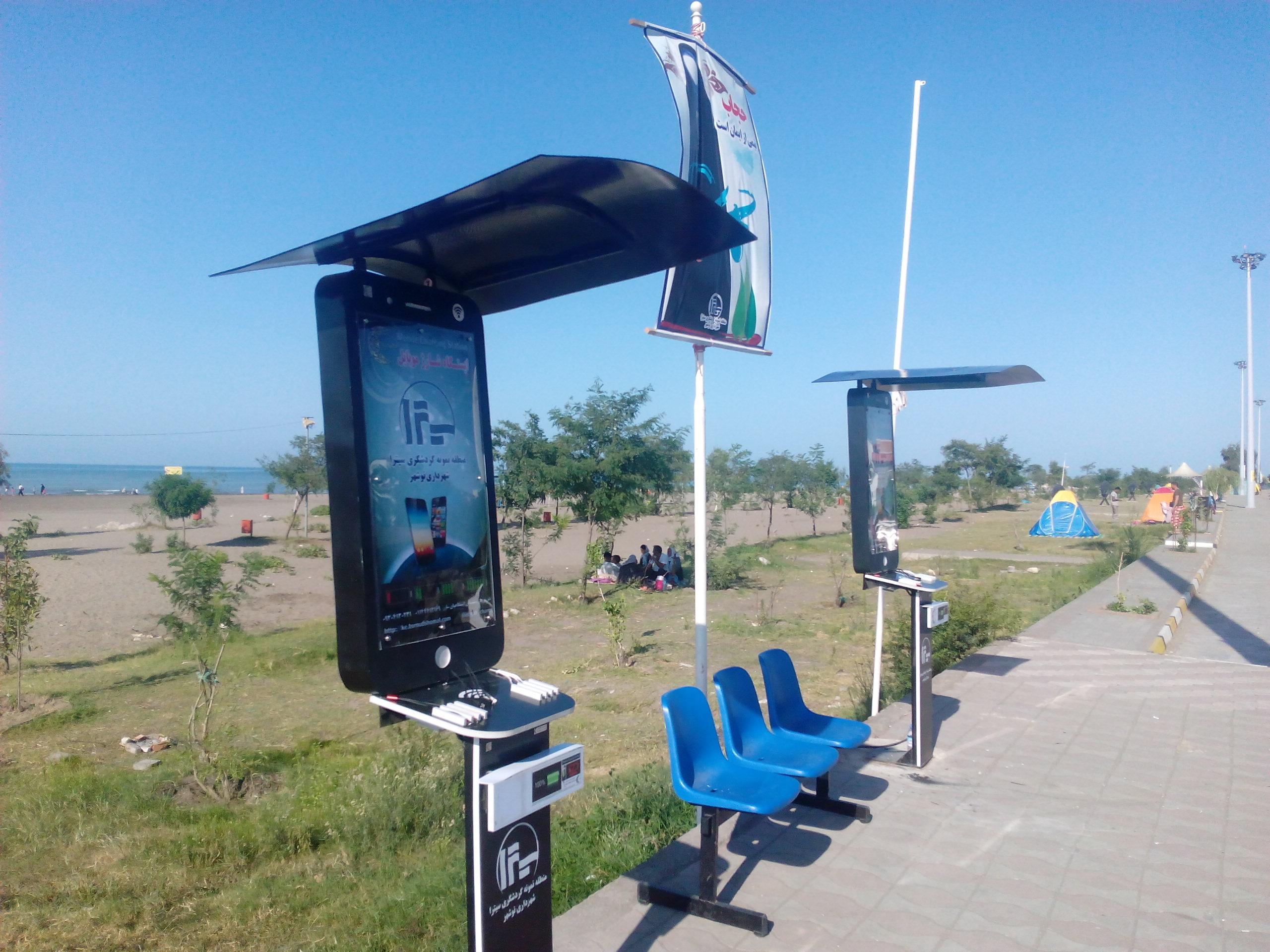 ایستگاه شارژ موبایل مدل MOW  دستگاهی است که برای رفاه بیشتر شهروندان ساخته شده است و هنگامی که شهروندان در مکانهای عمومی پارکها، ایستگاهها، ادارات، سازمانها، فرودگاهها، هتل ها، رستوران ها و .. با اتمام شارژ موبایل و تبلت مواجه می گردند می توانند از این دستگاه استفاده نمایند، این ایستگاه شارژ دارای 15 الی 20 خروجی(به صورت خروجی USB، سیم های فست سه تایی(تایپسی، اپل . اندروید)، شارژر وایرلس و سوکتهای سه تایی باسیم توکار) به همراه محافظ ولتاژ می باشد و نیازی به خاموش شدن بعد از نصب ندارد. فضای لایت باکس بالا و فضای پایین آن می تواند جهت تبلیغات، اطلاع رسانی و برندینگ مورد استفاده قرار گیرد.