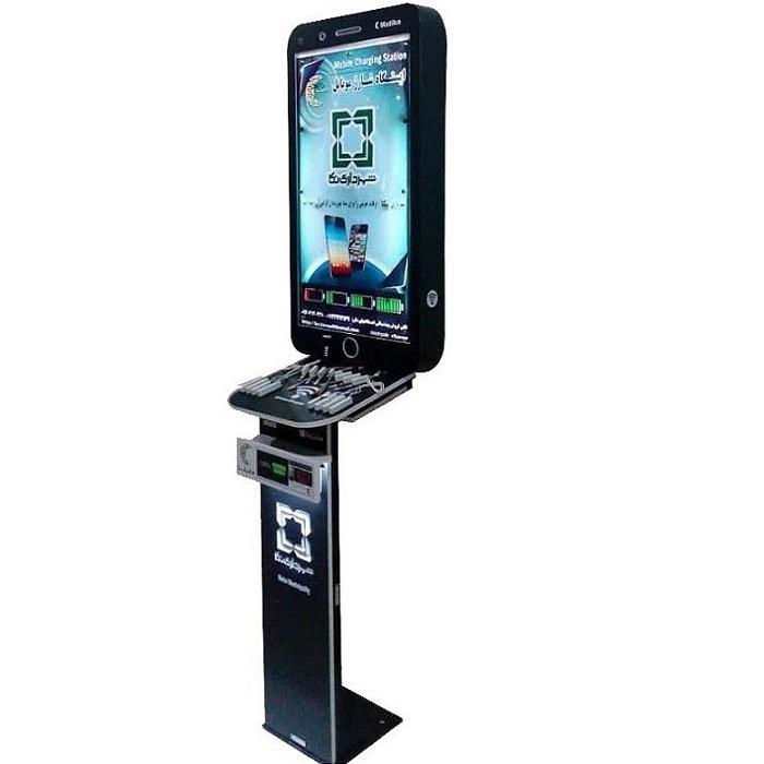ایستگاه شارژ موبایل مدل MO مدل موبایلی داخلی، زمانی که شهروندان در مکانهای عمومی مسقف ادارات، سازمانها، فرودگاهها، هتل ها، رستوران ها، ایستگاهها و .. با اتمام شارژ موبایل و تبلت مواجه می گردند می توانند از این دستگاه استفاده نمایند، این ایستگاه شارژ دارای 15 الی 20 خروجی(به صورت خروجی USB ، سیم های فست سه تایی(تایپسی، اپل . اندروید)، شارژر وایرلس و  و همگی از نوع فست شارژ می باشند فضای لایت باکس بالا و فضای پایین آن می تواند جهت تبلیغات، اطلاع رسانی و برندینگ مورد استفاده قرار گیرد قابل توجه است که این دستگاه تنها قابلیت قرارگیری در فضای مسقف را دارد.