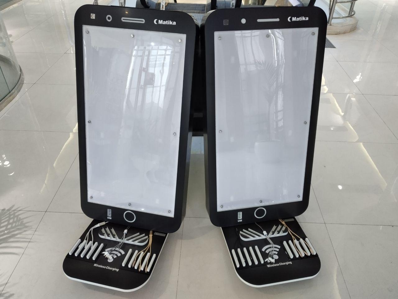 ایستگاه شارژ موبایل مدل MOI مدل موبایلی داخلی، دستگاهی است که برای رفاه بیشتر شهروندان ساخته شده است و هنگامی که شهروندان در مکانهای عمومی مسقف ادارات، سازمانها، فرودگاهها، هتل ها، رستوران ها، ایستگاهها و .. با اتمام شارژ موبایل و تبلت مواجه می گردند می توانند از این دستگاه استفاده نمایند، این ایستگاه شارژ دارای 20 خروجی(به صورت خروجی USB ، سیم های فست سه تایی(تایپسی، اپل . اندروید)، شارژر وایرلس و سوکتهای سه تایی باسیم توکار) جهت قرار گرفتن موبایل می باشد و همگی از نوع فست شارژ می باشند فضای لایت باکس بالای  آن می تواند جهت تبلیغات، اطلاع رسانی و برندینگ مورد استفاده قرار گیرد قابل توجه است که این دستگاه تنها قابلیت قرارگیری در فضای مسقف را دارد و به عنوان تابلو اعلانات و اطلاع رسانی کاربردهای مناسبی خواهد داشت.