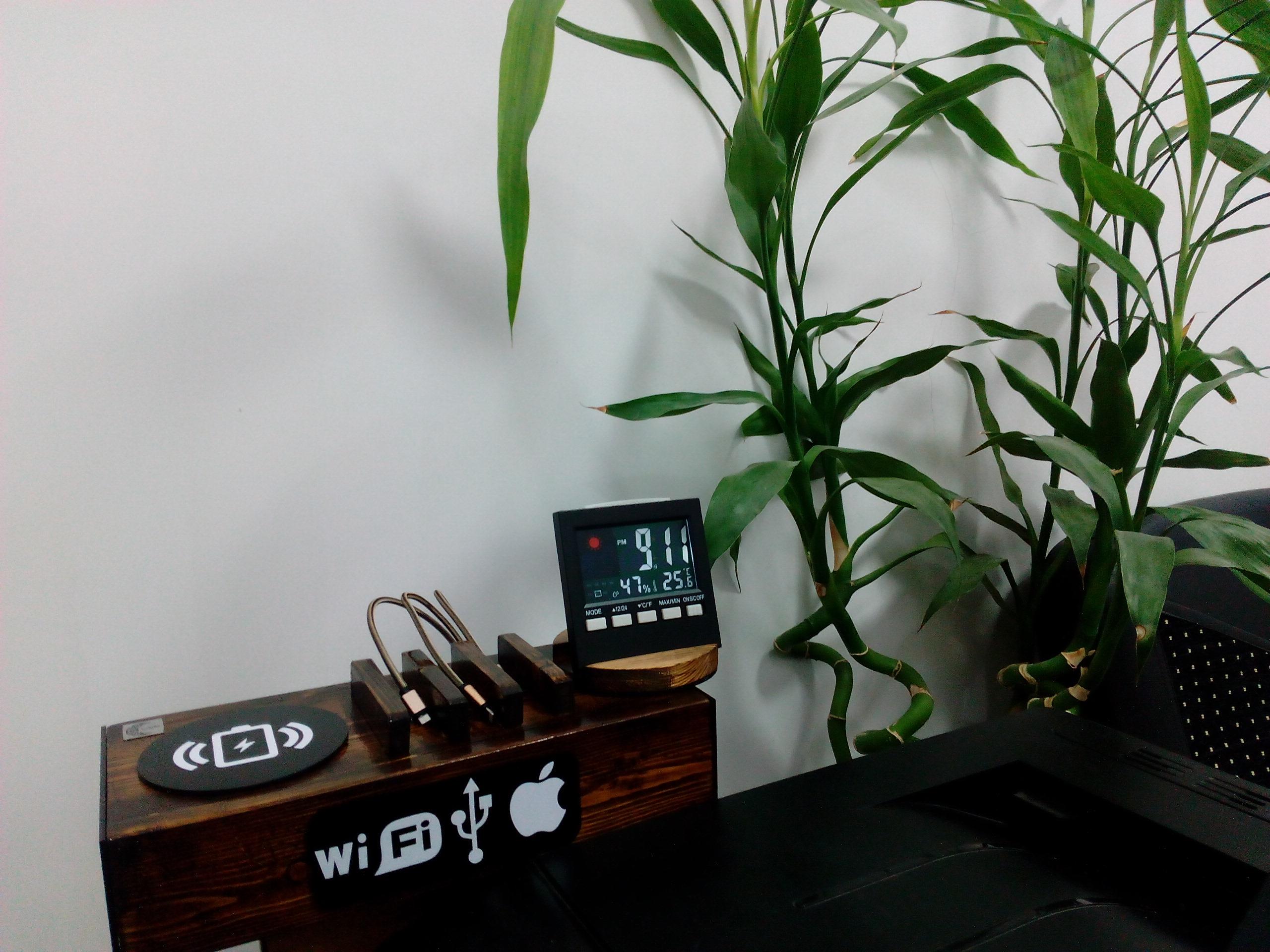 ایستگاه شارژ موبایل و تبلت مدل per01 دستگاه شارژ شخصی است که از ترکیب چوب و پلکسی ساخته شده است و دارای فست شارژر و شارژر وایرلس می باشد ضمن اینکه دارای ساعت چرخان مجهز به دماسنج و رطوبت سنج است این دستگاه بسیار کاربردی بوده و برای اتاق کار و اتاق خواب بسیار مناسب است. به همراه دستگاه یک عدد سیم کابل تبدیل USB-C به لایتنینگ و microUSB به طول 1.20 متر ارسال می گردد.