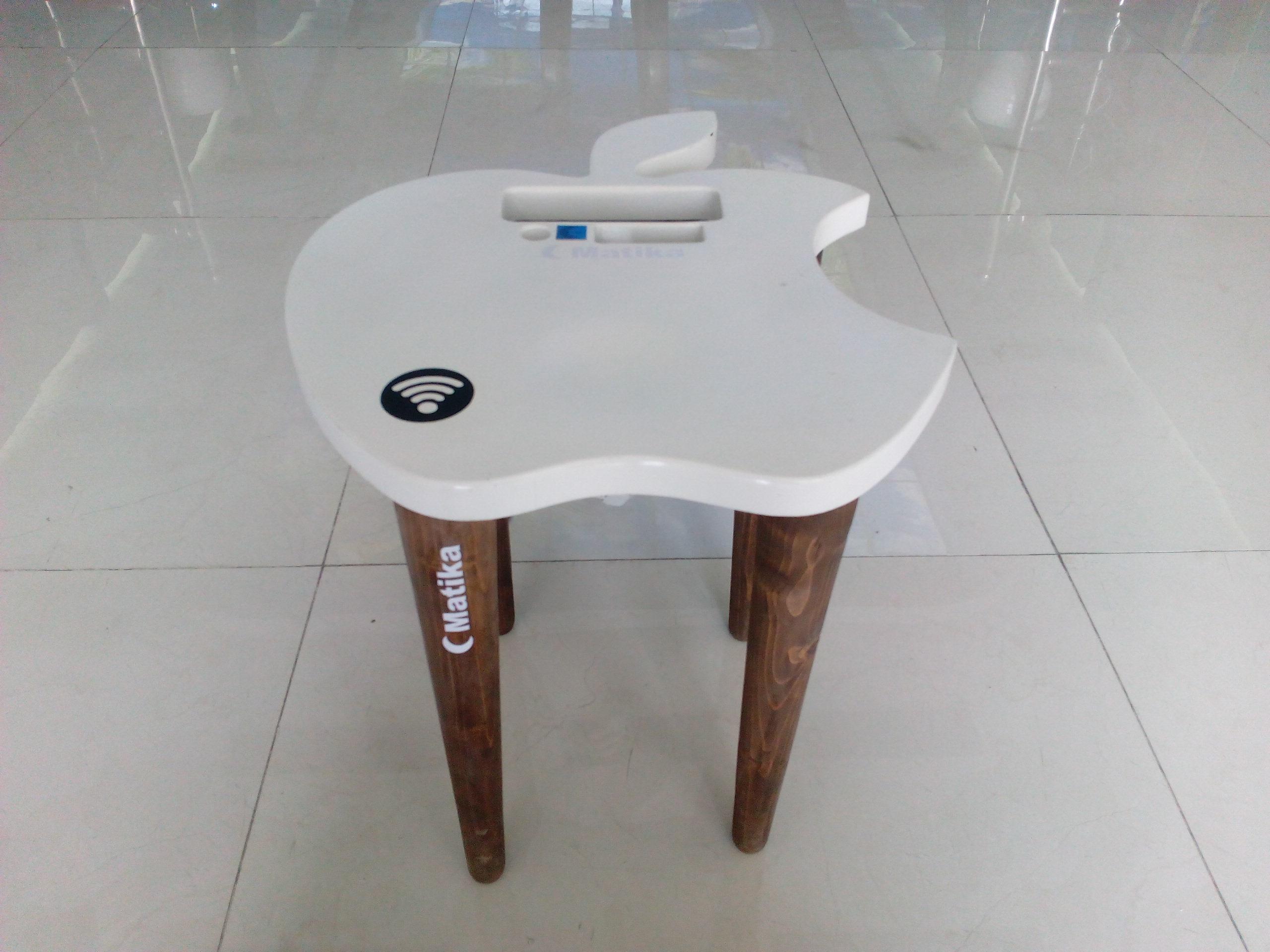 میز عسلی شارژ موبایل مدل Siyb دستگاه شارژ خانوادگی است که دارای فست شارژر و شارژر وایرلس می باشد این دستگاه بسیار کاربردی بوده و برای فضای خانه و اتاق خواب بسیار مناسب است. به همراه دستگاه چندین عدد سیم کابل تبدیل USB-C به لایتنینگ و microUSB  ارسال می گردد.