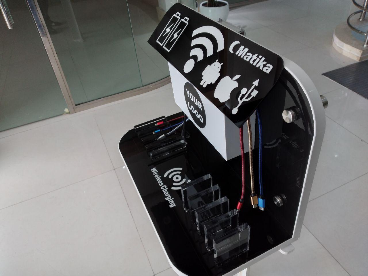 ایستگاه شارژر دیواری مدل TWI با ظاهری زیبا و کیفیت مناسب دارای قابلیت شارژ فست همزمان ۸ گوشی موبایل و تبلت از انواع مختلف و یک شارژر وایرلس نامحسوس می باشد که باتوجه به ابعاد آن ۲۲×۳۲×۴۲ سانتی متر امکان نصب برروی دیوار در هر نقطه ای را دارد همچنین امکان نصب لوگو برند نیز در آن وجود دارد