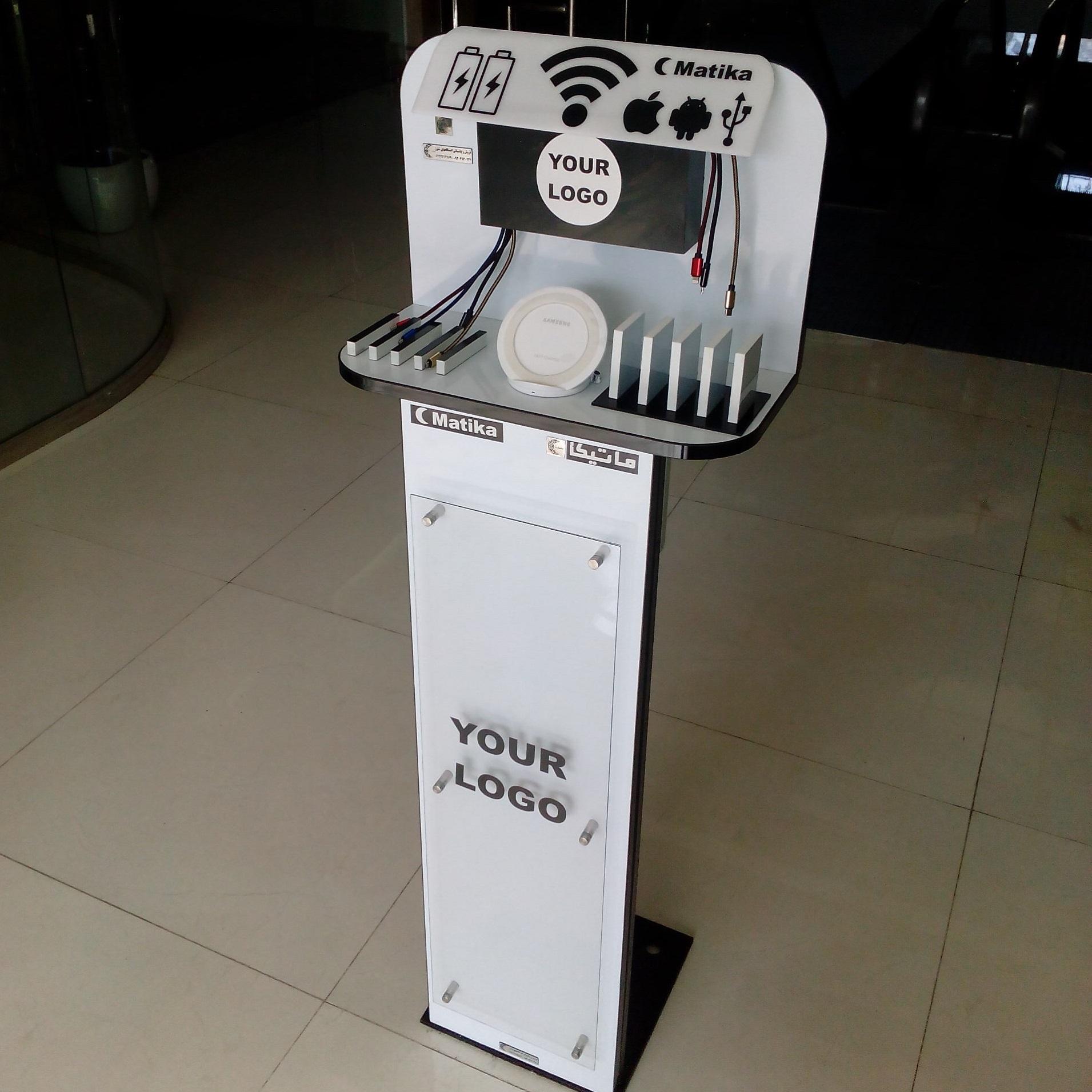 ایستگاه شارژر موبایل مدل TWIIP-W پایه دار با ظاهری زیبا و کیفیت مناسب دارای قابلیت شارژ فست همزمان ۸ گوشی موبایل و تبلت از انواع مختلف و یک شارژر وایرلس روکار می باشد که باتوجه به ابعاد آن ۲۲×۱۳۲×۴۲ سانتی متر امکان قرار گیری و نصب روی زمین و یا دیوار در هر نقطه ای را دارد و امکان نصب لوگو برند روی دستگاه وجود دارد و همچنین دارای فضای تبلیغاتیCM ۲۸×۸۰ در روی پایه ها می باشد